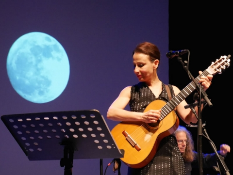 Etta Scollo performing at the Teatro Franco Parenti (Milano) - 22.04.2014 (photo: Sonia Frangi)